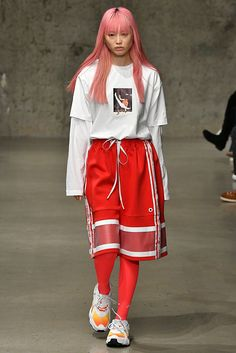 Li-Ning Fall/Winter 2018 - The new Li-Ning Fall/Winter 2018 collection made its debut at the TMall China Day during NYFWM—an event that highlights the futuristic works . Look Fashion, Runway Fashion, High Fashion, Fashion Show, Fashion Outfits, Womens Fashion, Fashion Design, Mode Cyberpunk, Mode Vintage