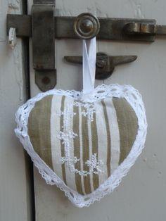 coeur à suspendre monogramme C fil coton blanc et dentelle blanche.