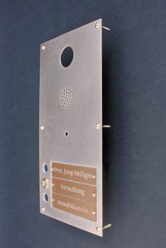 Klingelschild mit Öffnung für eine Gegensprechanlage aus Tombak