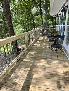 DIY Hog Wire Deck Railing Wire Deck Railing, Front Porch Railings, Deck Railing Design, Front Yard Fence, Deck Design, Wire Fence, Deck Building Plans, Cabin Decks, Deck Framing