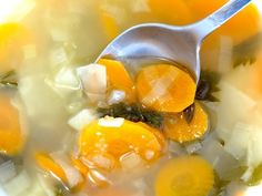 3 Healthy Vegan Broths You Can Make at Home Vegetarian Chicken, Chicken Soup Recipes, Vegetarian Diets, Sopas Low Carb, Winter Vegetable Soup, Dehydrated Food, Dehydrated Vegetables, Healthy Eating, Stuffed Peppers