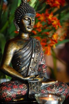 Chinese Buddhist Art and Statues with beautiful lines and vibrant colours. Giving the feeling of calm and serenity. Bodhisattvas and Warrior Monks. posted by Sifu Derek Frearson Lotus Buddha, Art Buddha, Buddha Zen, Gautama Buddha, Buddha Buddhism, Buddha Statues, Buddha Artwork, Buddhist Art, Little Buddha
