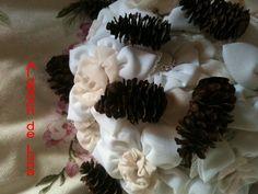 con piñas y flores de tela en blanco y beige de Algodón de Luna. http://algodondeluna.blogspot.com.es/