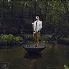 """Logan Zillmer est un photographe américain qui propose de nous dévoiler chaque jour de l'année un de ses clichés sur son """"365 photo project"""". Ce jeune photographe conceptuel originaire du Michigan. réalise ces photographies à la fois étonnantes et intrigantes avec toujours une petite touche d'humour, Non sans rappeler l'univers de Magritte.- Les photographies surréalistes de Logan Zillmer"""