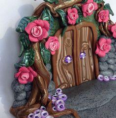 Arcilla del polímero, puerta de hada de jardín de rosas. Hermosa polímero arcilla hadas puerta. La base de la escultura es de aproximadamente 5 pulgadas en su punto más ancho por 2,5 pulgadas. Es alta en la hoja más alta 3,5 pulgadas. El hada rosa amaba este jardín tanto, pidió