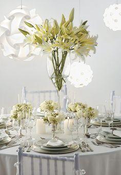 Arranjo com Lírios brancos e rosas na base