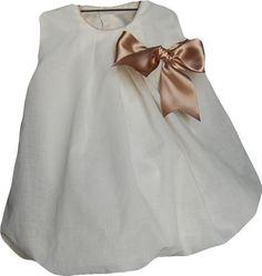 Bonito vestido confeccionado a mano en organdí beigeLleva lazo color camel y vivo rematando cuello y sisa tambien en camelGran calidadIdeal para vestir en cualquier ocasionTallas 6-9-12-18 Meses 2-3 años