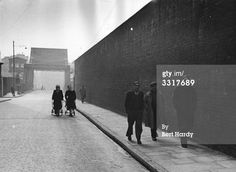 A few people walking down a stretch of Wapping High Street in London. Original Publication: Picture Post - The Pool Of London - pub. 1949 Get premium, high resolution news photos at Getty Images London Pubs, East London, Old Things, Nice Things, Old Photos, The Past, Public, England, Memories