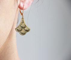 Boucles oreilles Amélie Blaise. Boucles d'oreilles au style rétro, réalisées en métal gravé avec finition dorée, qui rehausseront votre tenues avec finesse.