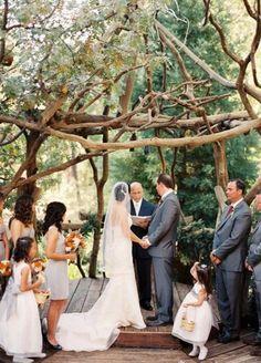 Boda original con ceremonia religiosa en un jardín #weddings