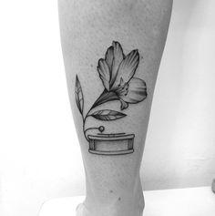 Tatuagem criada por Gabriela Blaezer do Rio de Janeiro. Vitrola e flor em fineline. #tattoo #tattoo2me #tatuagem #art #arte #delicada #fineline