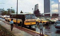Autobus de pasajeros de la desaparecida Ruta 100 en recorrido por la Avenida Paseo de la Reforma, a la altura de la Fuente de Petróleos, en el norponiente de la Ciudad de México. Foto tomada en los años 80's.