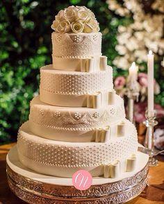 Daí você se depara com esse bolo e fica assim: LINDO!! Tudo que eu gosto, além de ser um clássico! ❤️ Foto da @renataxavierfoto e o bolo é do @casalgarciabolos. #InspiraçãoCN . #CentraldaNoiva #Casamento #Noiva #Noivo #BolodeCasamento #Wedding #Cake #Bolo #Detalhes