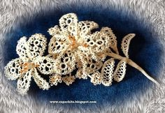 Capachita aficiones: FLores sobre azúl  ..... Flowers on blue, use of various tatting techniques,  as well as possible weaving ....