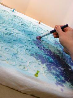 Formen mit flüßgem Kleber aufzeichnen, nach dem Trocknen mit dunklen Farben oder Schuhpaste übermalen