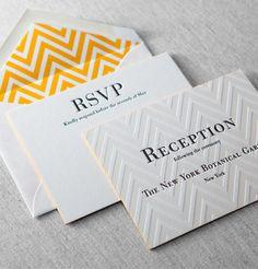 Tolle Letterpress Einladung mit Farbschnitt in gelb und passenden Kuverts