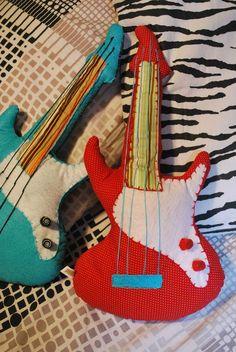 Guitarra feita em tecido. Bordado à mão. Cores à escolha do cliente. Entre em contato.