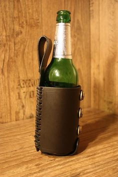 Bierflaschenhalter mit 3 Skull Nieten für den Gürtel. Flaschengröße für 0,5 l Flasche - 35 Euro