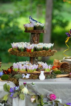 Use wood slices as a cupcake tray. This is such a great idea for a woodlands themed adult birthday party. Just gorgeous!