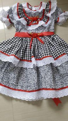 vestido caipira de festa junina infantil Dog Dresses, Girls Dresses, Summer Dresses, Kids Wear, Kids And Parenting, Frocks, Gingham, American Girl, Doll Clothes