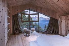 Design naturel pour un lodge dans les Dolomites - PLANETE DECO a homes world Living Area, Living Spaces, Small Spa, Vacation Home Rentals, House Rentals, Huge Windows, Duplex, Lake Cabins, Boutique Homes