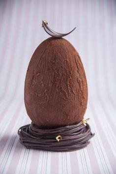 Ovo recheado com ganache de café e nibs Artisan Chocolate, Chocolate Sweets, I Love Chocolate, Chocolate Art, Easter Chocolate, Chocolate Sculptures, Chocolates, Ganache, Small Desserts