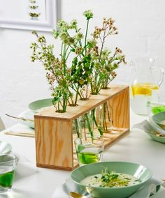 Are you ready to test your skills with these easy woodworking projects? It doesn't matter if you're a beginner, these wood craft projects are for everyone! Wooden Vase, Wooden Diy, Wooden Projects, Cool Diy Projects, Diy Academy, Flower Holder, Flower Stands, Mosaic Crafts, Simple Flowers