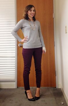 Burgundy Pants Outfit, Colored Pants Outfits, Navy Cardigan Outfit, Outfit Pantalon Vino, Lila Jeans, Work Attire, Work Outfits, Casual Attire, Fall Outfits