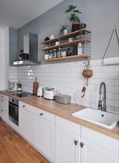 String – Pocket, weiß A stylish idea for the kitchen: Open String Shelf. The classic wall shelf offers plenty of space in the kitchen for spices, dishes and plants. Jennifer Paro opted for the ash version of the open shelf for her Skandi kitchen. Skandi Kitchen, Boho Kitchen, Diy Kitchen Decor, Kitchen Interior, New Kitchen, String Regal, String Shelf, White Wall Shelves, Apartment Kitchen