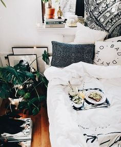 Breakfast in bed with this cozy bedding? YES PLEASE!!!