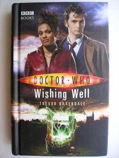 """Il romanzo """"Wishing Well"""" di Trevor Baxendale è stato pubblicato per la prima volta nel 2007. È al momento inedito in Italia. Ha come protagonisti il Decimo Dottore e Martha Jones. Copertina della BBC. Clicca per leggere una recensione di questo romanzo!"""