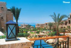 Mövenpick Resort & Spa, Mar Morto. Prestigioso resort che rispecchia l'ambiente di un tradizionale villaggio, con case di pietra, cortili e giardini. Offre un'atmosfera accogliente, elegante e raffinata.