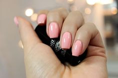 Jestem wielką fanką wszelkiego rodzaju pastelowych, a nawet pudrowych róży na paznokciach. Takie kolory wyglądają niezwykle czysto i schlud...