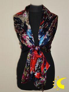7be2bfcb1b11 Chal de seda con doble capa de tejido con estampado floral. Este  complemento posee un
