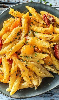 Überbackene Penne mit getrockneten Tomaten, Kirschtomaten, Frischkäse und Cheddar