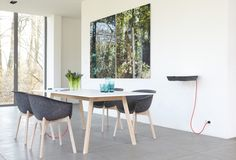 Pad Table to duży stół z możliwością podłączenia urządzeń multimedialnych. Ukryta w blacie stacja ładująca pozwala na takie rozwiązanie.