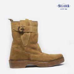 Clásicas, cómodas y calentitas, estás botas abrigan y ofrecen unas prestaciones indiscutibles en este tipo de calzado. Botas de serraje natural con forro de cálido borreguillo y suela de caucho 100% . Diseño y prestaciones inigualables .