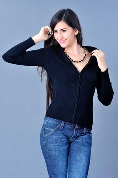 Un suéter negro es básico, es el color favorecedor de tu figura.