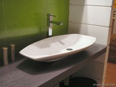 The sink and the steel tap confirm the modern design of this composition