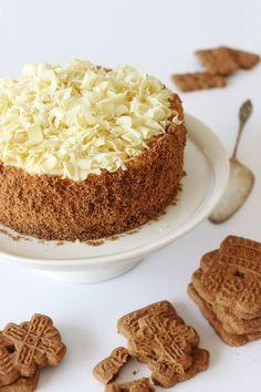 Dark chocolate cake with speculoos cream ♥ Spekulatius-Torte mit Boden aus Spekulatius-Keksen mit Schokoladen-Sahne-Eier-Creme getoppt mit Schokoladen-Raspeln und garniert mit Spekulatius-Bröseln - http://zoetenverleidelijk.blogspot.nl/2014/03/witte-chocoladetaart-met-speculaas.html?m=1