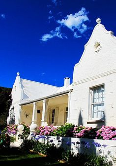Klein Karoo farmhouse south africa Very convenient for an overnight stop on your way the Eastern Cape. South African Homes, Cape Dutch, Holland, Dutch House, Namibia, Le Cap, Dutch Colonial, Colonial Architecture, Out Of Africa