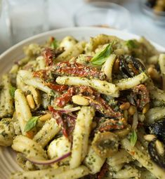 Pesto Pasta Salad truly is the ultimate Summer Pasta Salad. Packed with Homemade Pesto, Mozzarella, Sun Dried Tomatoes and Pine Nuts, it's a total explosion of flavours! Tomato Pasta Salad, Sundried Tomato Pasta, Easy Pasta Salad Recipe, Pesto Pasta Salad, Summer Pasta Salad, Pasta Salad Italian, Easy Salad Recipes, Pasta Recipes, Recipes Dinner