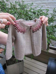 klein Baby Pullover stricken grau mit bunten akzenten