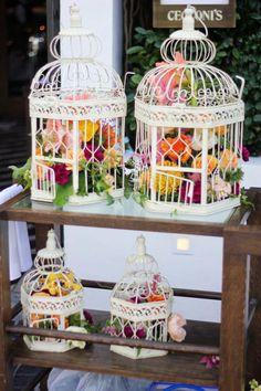 Tutorial de centro de mesa de jaula de aves para decorar con flores. #CentrosDeMesa #DecoracionBodas