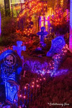 Great Halloween graveyard ideas for your front yard. I can't wait to set up a spooky outdoor yard haunt with skeletons, gravestones, lighting and critters. Diy Halloween Graveyard, Halloween Fence, Halloween Tombstones, Fete Halloween, Creepy Halloween, Halloween Witches, Halloween Costumes, Halloween Ideas, Happy Halloween