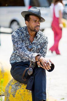 Street looks à la Fashion Week homme printemps-été 2016 de Milan, chapeau, bagues, appareil photo, lunettes de soleil, chemise blanche à motifs originaux