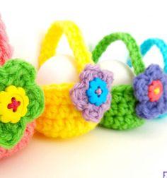 Little crocheted egg baskets with flower // Horgolt virágos húsvéti tojás tartó kosárkák // Mindy - craft tutorial collection // #crafts #DIY #craftTutorial #tutorial #easter #easterCrafts #DIYEaster