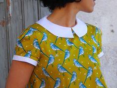 Blouse chemisier en coton japonais de couleur jaune moutarde, motifs oiseaux bleus et blancs, col claudine et petites manches ballon