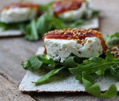 Tosta de queso con aceitunas y mermelada de tomate