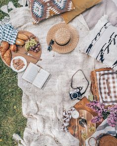 Picnic Ideas Discover 40 Outdoor Date Ideas For Summer Lovin Take advantage of the warm temperatures Summer has to offer by taking date night outside! Weve rounded up tons of beautiful inspiration for romantic outdoorsy Comida Picnic, Picnic Pictures, Picnic Photography, Picnic Date, Romantic Picnics, Romantic Dinners, Picnic In The Park, Summer Aesthetic, Summer Fun